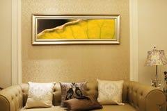 Salón sucinto y animado en el apartamento Foto de archivo