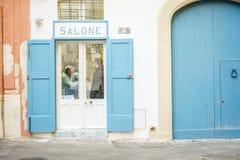 Salón viejo del peluquero en Italia imagen de archivo