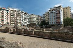SALÓNICA, GRECIA - 25 DE MAYO DE 2017: Ruinas del ágora del griego clásico en Salónica Macedonia, Grecia, Europa Roman Forum post Fotos de archivo