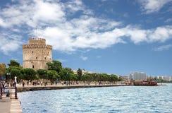 Salónica, Grecia - 25 de septiembre de 2018: torre blanca de Salónica con la gente que camina en la calle y la pesca fotos de archivo libres de regalías