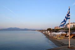 Salónica, Grecia - 1 de septiembre de 2017: Vista del suburbio de Agia Triada en Salónica, el mar y agitar griego de la bandera fotos de archivo libres de regalías