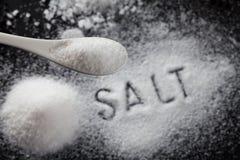 Sal branco no preto Imagens de Stock Royalty Free