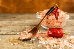 Sal cor-de-rosa dos Himalayas no fundo de madeira Pilha do sal Himalaia cor-de-rosa Sal e pimentas Venda das especiarias imagens de stock