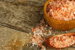 Sal cor-de-rosa dos Himalayas no fundo de madeira Pilha do sal Himalaia cor-de-rosa Venda das especiarias fotos de stock royalty free