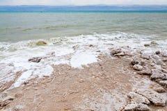 Sal cristalina en la playa del mar muerto Imagen de archivo