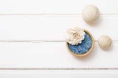 Sal curativa azul del mar en los tableros blancos Foto de archivo