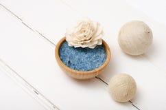 Sal curativa azul del mar en los tableros blancos Imagen de archivo libre de regalías
