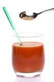 Sal de aipo que cai em um vidro do suco de tomate Imagem de Stock