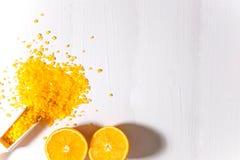 Sal de baño con el olor de la naranja y de naranjas Sales de baño fragantes La base para la bandera, aviadores, anuncios con fotografía de archivo
