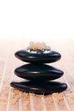 Sal de baño del balneario en una pila de piedras del zen del balance Fotografía de archivo