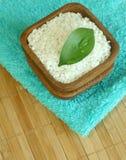 Sal de baño en tazón de fuente y toalla Imagen de archivo libre de regalías