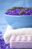 Sal de baño, jabón y toalla Imagenes de archivo
