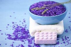 Sal de baño, jabón y toalla Fotografía de archivo