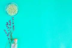 Sal de banho do bebê com alfazema no fundo verde fotos de stock royalty free