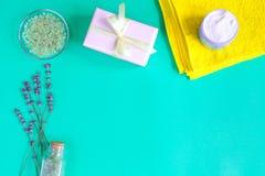 Sal de banho do bebê com alfazema no fundo verde imagem de stock