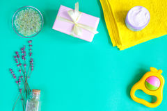 Sal de banho do bebê com alfazema no fundo verde fotografia de stock