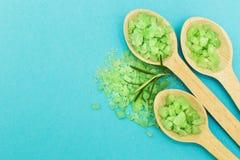 Sal de banho erval verde em um fundo azul Espa?o para o texto fotos de stock royalty free