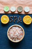 Sal de banho, laranja, velas do aroma, inscrição dos TERMAS Foto de Stock