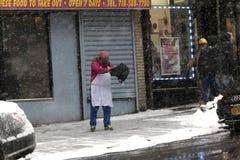 Sal de extensión de la mujer china durante tormenta de la nieve Fotos de archivo