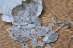 Sal de roca en un bolso Foto de archivo