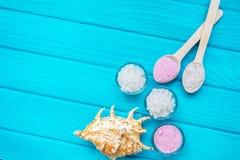 sal del ‹del †del ‹del †del mar en las piedras blancas y Shell de un posudynib de cristal para el balneario y relajación en u Foto de archivo