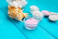 Sal del ‹del †del ‹del †del mar en piedras y Shell para el balneario y relajación blancos de cristal en un fondo azul Foto de archivo libre de regalías
