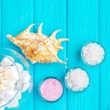 Sal del ‹del †del ‹del †del mar en piedras y Shell para el balneario y relajación blancos de cristal en un fondo azul Imagen de archivo libre de regalías