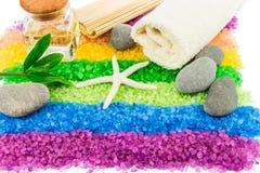 Sal del mar con la cáscara, las piedras, el aceite del aroma y la toalla de baño Foto de archivo libre de regalías