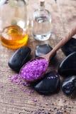 Sal del mar de la lavanda, botellas con aceite del aroma y piedras en w envejecido Fotografía de archivo libre de regalías