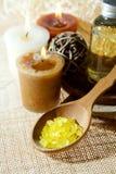 Sal do aroma dos termas na colher, velas do aroma Imagens de Stock