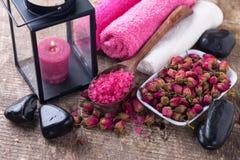 Sal do Ea, flores cor-de-rosa secadas, vela na lanterna, toalhas e ston Imagem de Stock Royalty Free