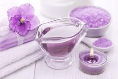 Sal do mar e óleos essenciais, violeta roxa Termas Imagem de Stock Royalty Free