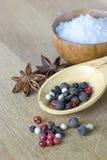 Sal e especiarias em uma placa de madeira Foto de Stock