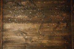 Sal e pimenta em uma placa de madeira Foto de Stock