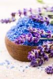 Sal essencial da alfazema com opinião superior das flores Fotografia de Stock Royalty Free