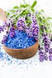 Sal essencial da alfazema com opinião superior das flores foto de stock