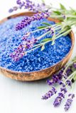 Sal essencial da alfazema com opinião superior das flores fotografia de stock