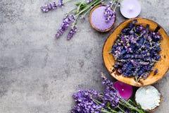 Sal essencial da alfazema com opinião superior das flores imagens de stock royalty free