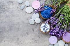 Sal essencial da alfazema com opinião superior das flores fotos de stock royalty free