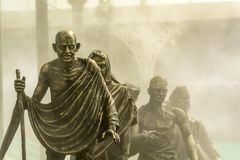 Sal marzo o Dandi marzo llevado por Gandhi en fondo de niebla imágenes de archivo libres de regalías