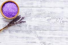 Sal púrpura del balneario para la terapia del aroma con fragancia de la flor de la lavanda en el copyspace de madera blanco de la fotos de archivo