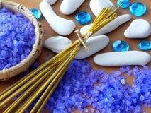 Sal, palillos del aroma y piedras herbarios del zen Imágenes de archivo libres de regalías