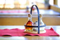 Sal, pimienta y vinagre en la tabla en café Fotos de archivo libres de regalías