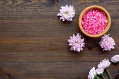 Sal rosada del balneario para la terapia del aroma con fragancia de la flor en copyspace de madera de la opinión superior del fon imagen de archivo