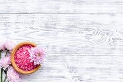 Sal rosada del balneario para la terapia del aroma con fragancia de la flor en el copyspace de madera blanco de la opinión de top imágenes de archivo libres de regalías