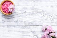 Sal rosada del balneario para la terapia del aroma con fragancia de la flor en el copyspace de madera blanco de la opini?n de top foto de archivo libre de regalías