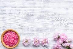 Sal rosada del balneario para la terapia del aroma con fragancia de la flor en el copyspace de madera blanco de la opini?n de top imagen de archivo libre de regalías
