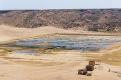 Sal tradicional del mar que cultiva en piscinas cuadradas en la costa del ` s de Angola Imágenes de archivo libres de regalías
