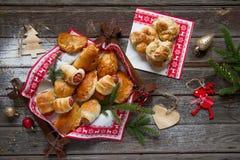 Sal y empanadas dulces con la decoración de la Navidad Imagenes de archivo