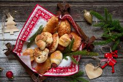 Sal y empanadas dulces con la decoración de la Navidad Foto de archivo libre de regalías